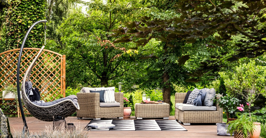 Záhradný nábytok? Stavte na umelý ratan, je efektný a praktický!